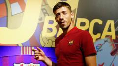 Indosport - Barcelona resmi mendapatkan jasa bek asal Prancis, Clement Lenglet. Los Cules menebus Lenglet dari Sevilla dengan nilai transfer yang mencapai 35,9 juta euro (Rp 602 miliar).