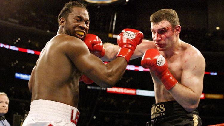 Lennox Lewis  bertarung melawan Vitali Klitschko pada tahun 2003 Copyright: Sports Hub