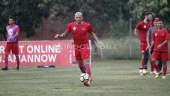 Indosport - Striker Persija Jakarta Ivan Carlos sedang mengontrol bola dalam latihan di Lapangan PS AU, TNI AU, Halim, Kamis (13/07/18).