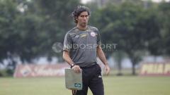 Indosport - Pelatih Persija Jakarta, Stefano Cugurra Teco dalam latihan di Lapangan PS AU, TNI AU, Halim, Kamis (13/07/18).