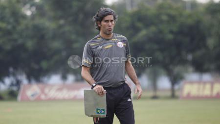 Pelatih Persija Jakarta, Stefano Cugurra Teco dalam latihan di Lapangan PS AU, TNI AU, Halim, Kamis (13/07/18). - INDOSPORT
