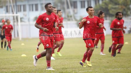 Pemain anyar Persija Jakarta, Osas Saha (kiri) bersama rekan-rekannya melakukam joging dalam latihan di Lapangan PS AU, TNI AU, Halim, Kamis (13/07/18). - INDOSPORT