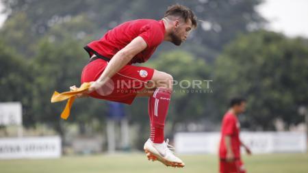Aksi striker Persija Jakarta, Marko Simic melakukan lompatan dalam latihan di Lapangan PS AU, TNI AU, Halim, Kamis (13/07/18). - INDOSPORT