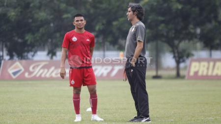 Gelandang, Sandi Sute (kiri) saat berdiskusi dengan pelatih Teco. - INDOSPORT