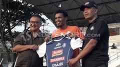 Indosport - Alfin Tuasalamony saat diperkenalkan manajemen Arema FC di Stadion UMM.