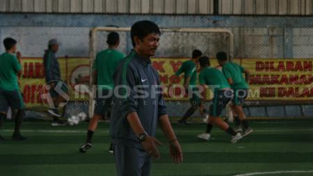 Indra Sjafri memimpin latihan Timnas U-19. - INDOSPORT