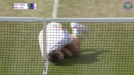 Jonas Bjorkman yang menirukan diving Neymar di Wimbledon 2018. - INDOSPORT