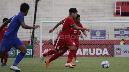 Timnas Indonesia U-19 berusaha membawa bola ke arah gawang Thailand. - INDOSPORT