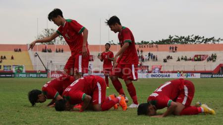 Sujud syukur pemain Timnas Indonesia usai mencetak gol ke gawang Thailand. - INDOSPORT