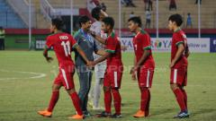 Indosport - Indra Sjafri sambut para pemain usai laga melawan Thailand dan juara tiga.
