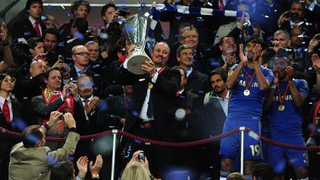 Rafael Benitez saat mempersembahkan gelar Liga Europa untuk Chelsea. - INDOSPORT