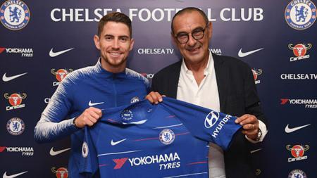 Jorginho (kiri) resmi ke Chelsea berfoto bersama pelatihnya, Maurizio Sarri. - INDOSPORT