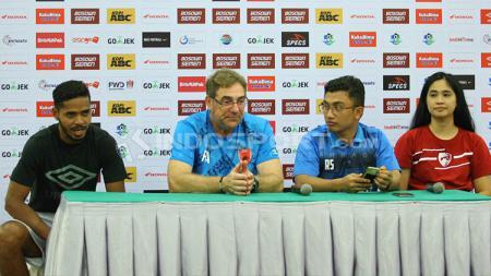 Hasim Kipuw dan Robert Rene Alberts di sesi konferensi pers. - INDOSPORT