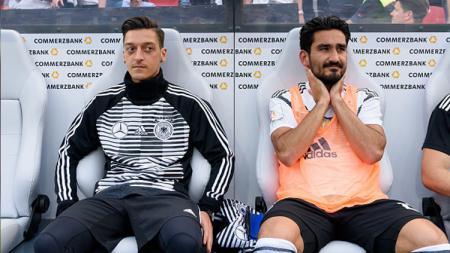 Mesut Ozil dan Ilkay Gundogan, dua gelandang tengah Timnas Jerman di Piala Dunia 2018 duduk di bangku cadangan. - INDOSPORT