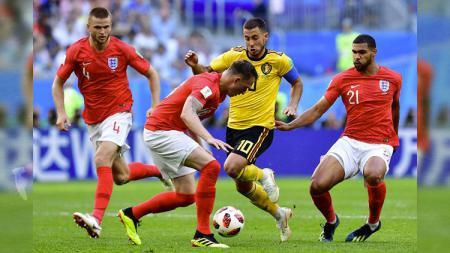 Kapten Belgia Eden Hazard berusaha melewati pemain Inggris di Piala Dunia 2018. - INDOSPORT
