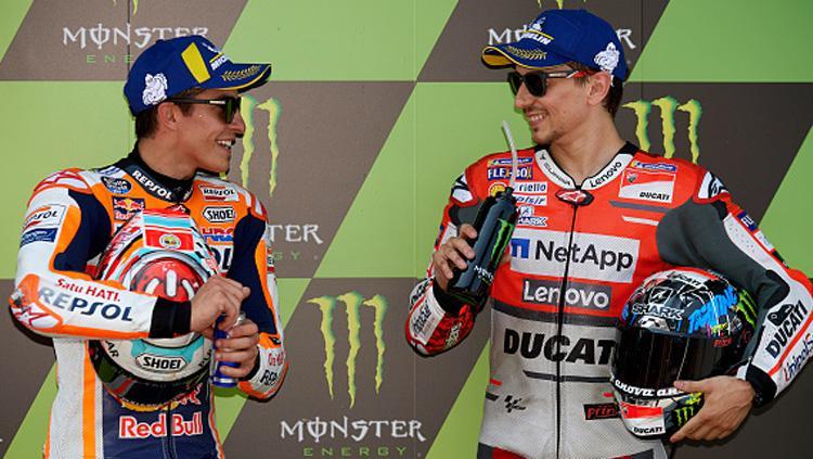 Marc Marquez (kiri) dan Jorge Lorenzo, dua pembalap MotoGP. Copyright: INDOSPORT