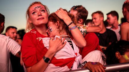 Selesai sudah. Inilah air mata dari para fans Timnas Inggris yang harus rela melihat negara kesayangannya menempati urutan keempat di Piala Dunia 2018. - INDOSPORT