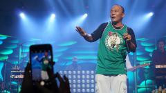 Indosport - Rapper Indonesia Iwa Kusuma saat sedang manggung.