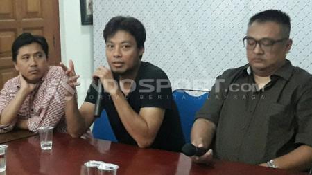 Hamka Hamzah (tengah) saat diperkenalkan Ruddy Widodo (GM) dan Sudarmaji (MO) Arema FC. - INDOSPORT