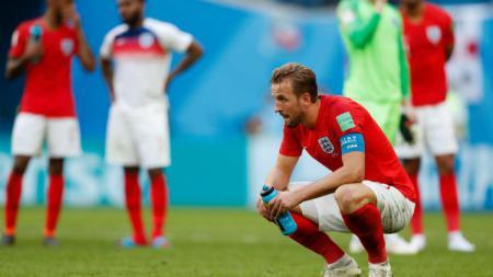 Harry Kane tampak kecewa karena Inggris kalah dari Belgia. - INDOSPORT