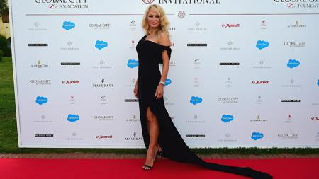 Pamela Anderson berfoto di red carpet. - INDOSPORT