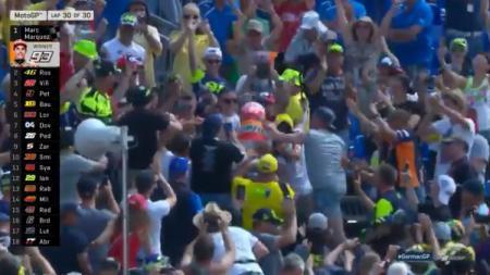 Marc Marquez selebrasi di tribun Fans Valentino Rossi. - INDOSPORT
