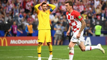 Mario Mandzukic mencetak gol kedua bagi Kroasia berkat kesalahan yang dilakukan Hugo Lloris. - INDOSPORT