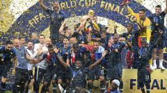 Indosport - Prancis mengangkat trofi Piala Dunia 2018.