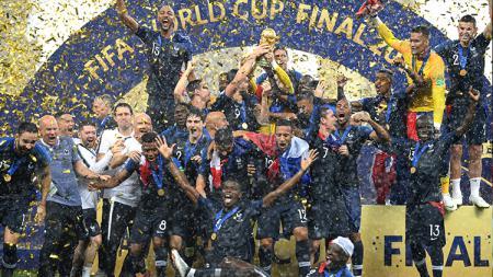 Prancis mengangkat trofi Piala Dunia 2018. - INDOSPORT
