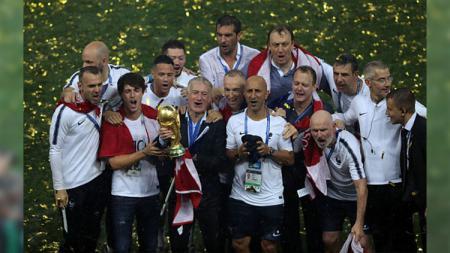 Ekspresi kegembiraan Didier Deschamps dan staf pelatih Timnas Prancis sambil memegang trofi Piala Dunia. - INDOSPORT