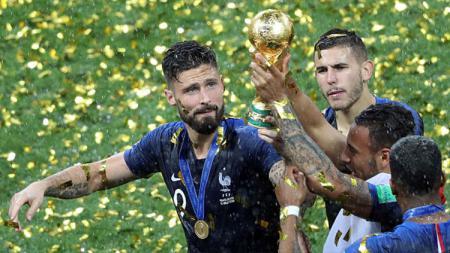 Ekspresi bahagia Olivier Giroud usai berhasil meraih trofi Piala Dunia 2018. - INDOSPORT
