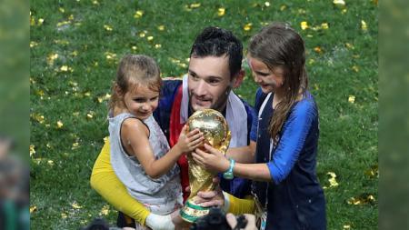 Hugo Lloris merayakan keberhasilan Prancis bersama dua putrinya. - INDOSPORT