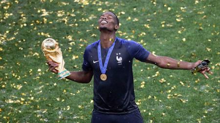 Paul Pogba menghayati keberhasilan Prancis menjuarai Piala Dunia 2018. - INDOSPORT