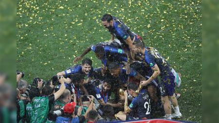 Selebrasi kegembiraan pemain Timnas Prancis di tengah hujan yang turun membasahi Stadion Luzhniki. - INDOSPORT