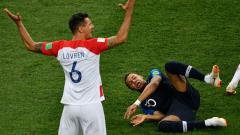 Indosport - Dejan Lovren vs Kylian Mbappe di Final Piala Dunia 2018.
