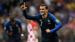 Indosport - Selebrasi 'L' Antoine Griezmann usai mencetak gol di final Piala Dunia 2018, Minggu (15/07/18)