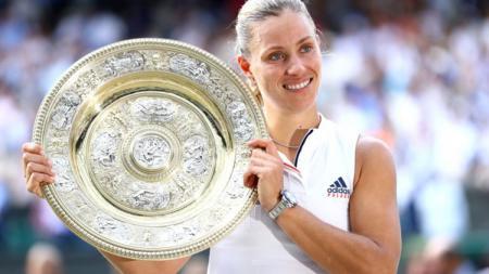 Angelique Kerber memenangkan Wimbledon 2018 usai mengalahkan Serena William, Sabtu (14/07/18). - INDOSPORT