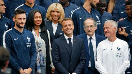Presiden Prancis, Emmanuel Macron bersama skuat Timnas Prancis. - INDOSPORT
