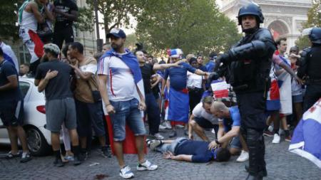 Seorang fans Prancis tewas akibat kerusuhan di Kota Paris. - INDOSPORT