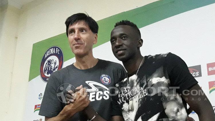 Konate bersama pelatih Arema FC, Milan Petrovic. Copyright: Ian Setiawan/INDOSPORT