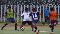Indosport - Randy Titaley (paling kiri), pemain muda lokal yang sedang diseleksi oleh Persipura