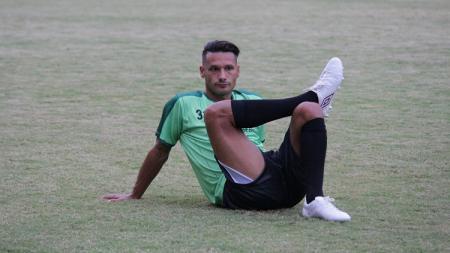 Raphael Maitimo jadi bahan gunjingan warganet setelah masuk daftar susunan pemain melawan Persija Jakarta (28/8/19). - INDOSPORT