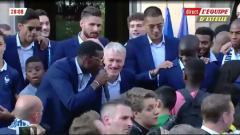 Indosport - Para Pemain Prancis bernyanyi untuk Kante di depan Istana Kepresidenan.