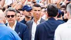 Indosport - Cristiano Ronaldo dikawal ketat saat akan diperkenalkan Juventus kepada publik.