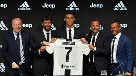 Resmi ke Juventus, Cristiano Ronaldo berpose bersama Giuseppe Marotta, Andrea Agnelli, Fabio Paratici dan Jorge Mendes selama konferensi pers. - INDOSPORT