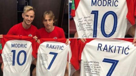 Ivan Rakitic (kiri) dan Luka Modric saling bertukar jersey dan memberi pesan. - INDOSPORT