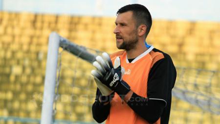 Srdjan Ostojic penjaga gawang asing milik Arema FC. - INDOSPORT
