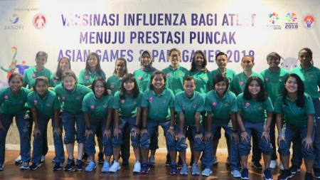 Atlet sepakbola putri divaksin sebelum Asian Games 2018. - INDOSPORT