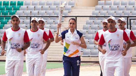 Atlet India tengah membawakan api obor Asian Games 2018. - INDOSPORT