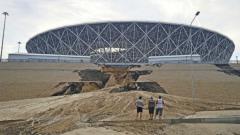 Indosport - Tanggul di dekat Volgograd Arena jebol akibat hujan deras.